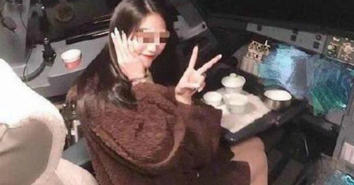 Lascia i comandi e scatta una foto a una passeggera in cabina mentre l'aereo è in volo: pilota sospeso a vita