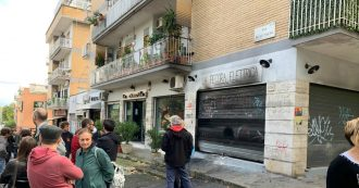"""Roma, ancora in fiamme la libreria antifascista """"Pecora Elettrica"""". Già incendiata il 25 aprile, avrebbe dovuto riaprire a breve"""