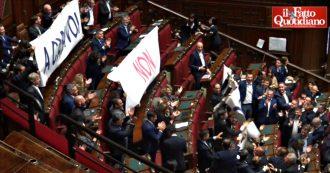 """Ex Ilva, Lega contro governo con striscioni e cori: """"A casa voi, non gli operai"""". Bagarre alla Camera"""