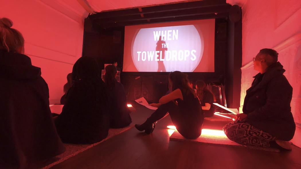 When the Towel Drops, Vol 1 | Italy, Radha May (Elisa Giardina Papa, Nupur Mathur, Bathsheba Okwenje), 2015-2019.   Documentazione della performance, UnionDocs, Brooklyn, NY, 2018. Per gentile concessione delle artiste.