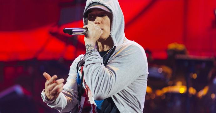Eminem nella bufera per una strofa (mai uscita) dove afferma che Chris Brown fece bene a picchiare Rihanna. Pura provocazione? Sì, ma da condannare