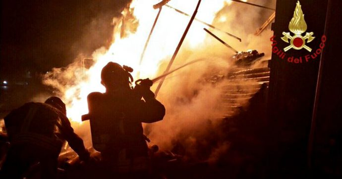 """Vigili del fuoco, """"la politica ci fa promesse dopo ogni tragedia"""". Ma gli stipendi restano inferiori alle altre forze (e ai colleghi europei)"""