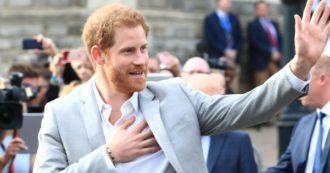 """Il principe Harry e la gag con una fan. Lei: """"Come sei bello"""". E lui risponde mostrando la fede: """"Sono sposato"""""""