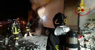 Bologna, esplode tir nell'area di servizio Cantagallo sulla A1: feriti due vigili del fuoco