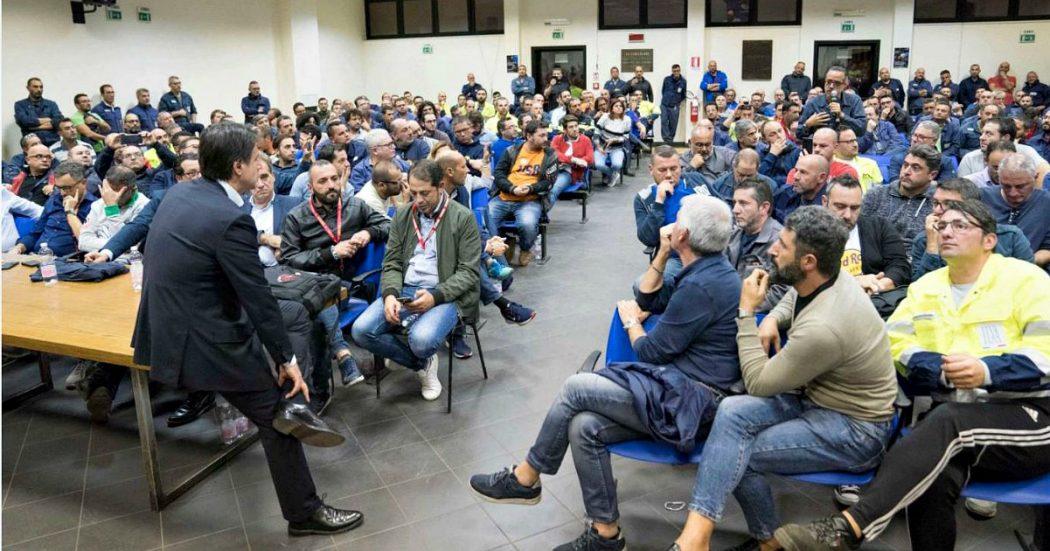 """Ex Ilva, Conte incontra gli operai: """"Se ArcelorMittal se ne va, battaglia legale durissima. Taranto è una città ferita, combattiamo tutti insieme"""""""