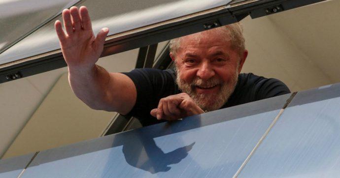 """Brasile, giudice ordina la scarcerazione di Lula. L'ex presidente lascia il penitenziario dopo 19 mesi. """"Sarò più sinistra di prima"""""""