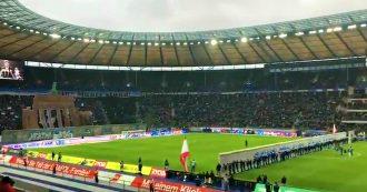 Berlino, la spettacolare coreografia allo stadio: il muro viene abbattuto in mezzo al campo