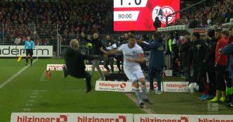 Giocatore perde la testa e stende l'allenatore avversario: maxi rissa in Bundesliga