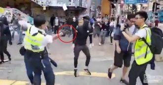 Hong Kong, poliziotto spara a un manifestante: la colluttazione e il momento in cui lo colpisce