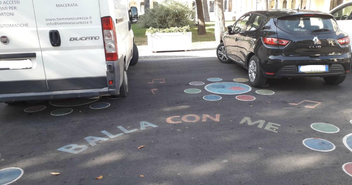 A Porto Recanati i bambini hanno tentato di strappare la loro piazza alle auto