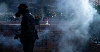 Hong Kong, nuovi scontri tra manifestanti e polizia: agente spara al petto a un 21enne. Media: 'Uomo dato alle fiamme da dimostranti'