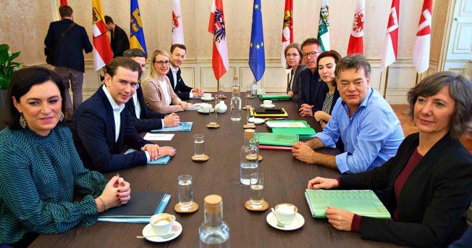 """Austria, Kurz annuncia l'avvio di trattative con i Verdi per la formazione del nuovo governo: """"Non sarà facile"""". I nodi migranti e lavoro"""
