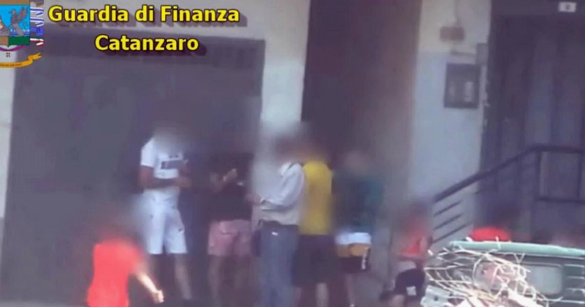 """Droga, blitz nel quartiere """"Ciampa di cavallo"""" a Lamezia Terme: 19 arrestati di 3 minorenni - Il Fatto Quotidiano"""