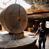 L'ipogeo della masseria Trappito Stracca e il proprietario Pompeo Demitri che spiega il funzionamento del tipico frantoio.