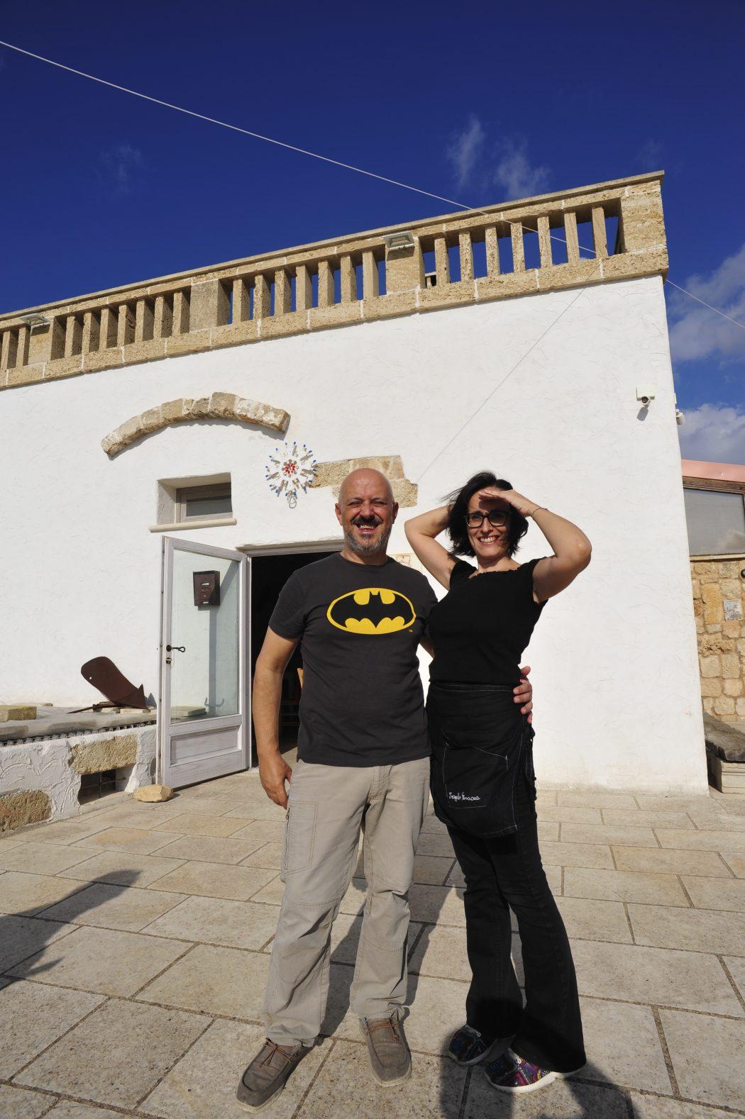 Pompeo Demitri e la moglie davanti alla loro masseria