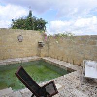 La piscina del casino Doxi Stracca ricavata da un antica vasca di raccolta dell'acqua.