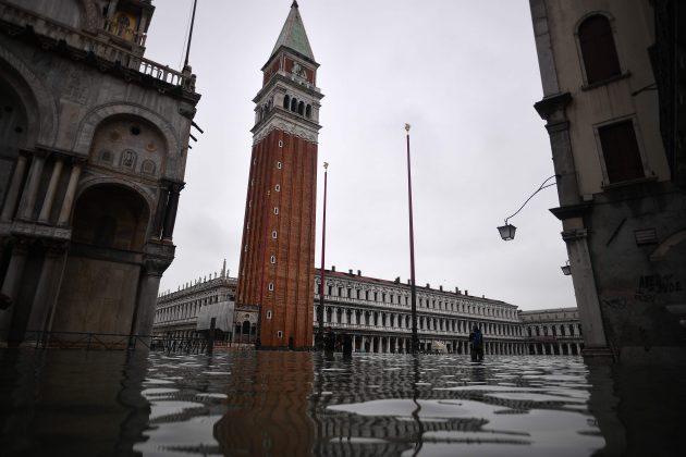 Acqua alta a Venezia, marea record: 1,87 metri. Danni nel ce