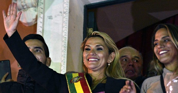 """Bolivia, la senatrice Jeanine Anez nominata presidente ad interim anche senza quorum in Parlamento. Morales: """"Golpe subdolo"""""""