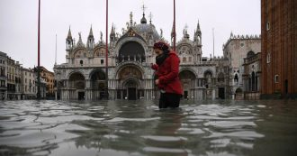 """Venezia, l'acqua alta record fa """"centinaia di milioni di danni"""" nel centro e accende la polemica sul Mose. Conte: """"Finirlo presto, entro il 2021"""""""