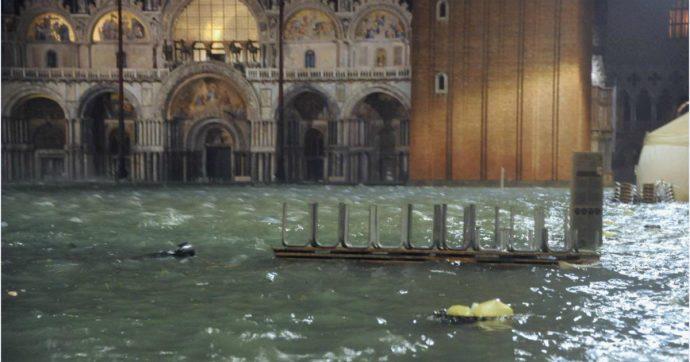 Acqua alta a Venezia: un metro d'acqua all'interno della Basilica di San Marco, cripta allagata