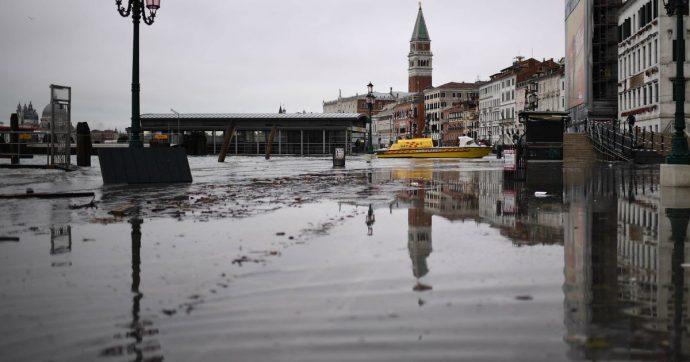 """Acqua alta a Venezia, il disastro causato anche dai cambiamenti climatici: """"Venti e livello del mare"""". Gli studi sul rischio di inondazioni"""