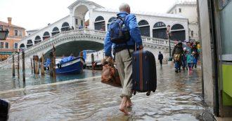 Acqua alta a Venezia, la sirena che ha anticipato una notte da incubo e i danni. E la Laguna aspetta i tre giorni di alta marea