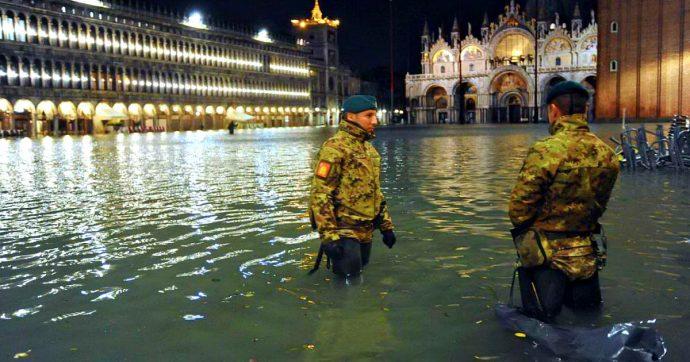 Acqua alta a Venezia, città sommersa. Piazza San Marco allagata. Raffiche a centro all'ora: un morto fulminato