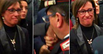 """Cucchi, carabiniere commosso fa il baciamano alla sorella Ilaria: """"Finalmente giustizia. Mi sento in colpa per tutta l'Arma"""""""