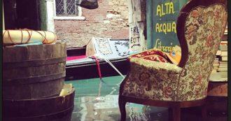 """Libreria Acqua Alta, centinaia di libri distrutti: """"L'acqua alta ce l'aspettiamo, ma così alta no"""". E la mareggiata distrugge anche l'edicola storica"""