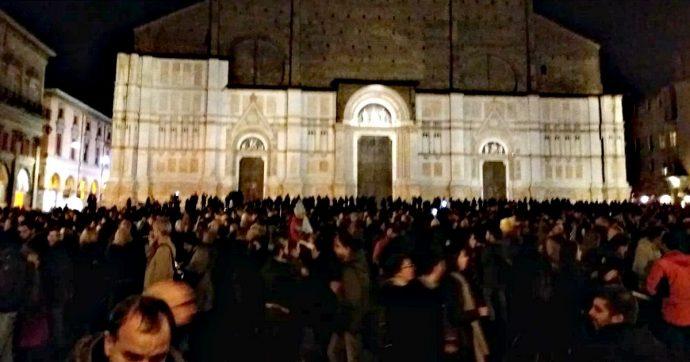"""""""Bologna non si Lega"""", il flash mob delle """"sardine"""" riempie pacificamente piazza Maggiore per dire no a Salvini: """"Siamo liberi"""""""
