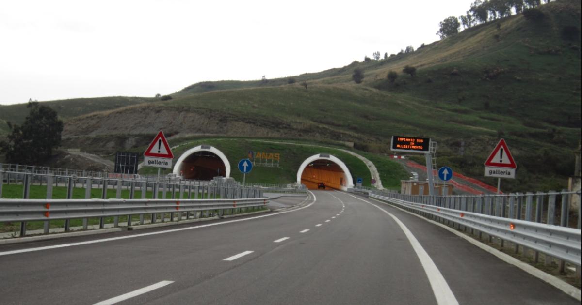 Statale 106 – viaggio sulla 'strada della morte', una denuncia spietata della Calabria peggiore