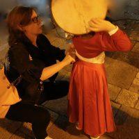 Una piccola tamburellasti si prepara al concerto in piazza