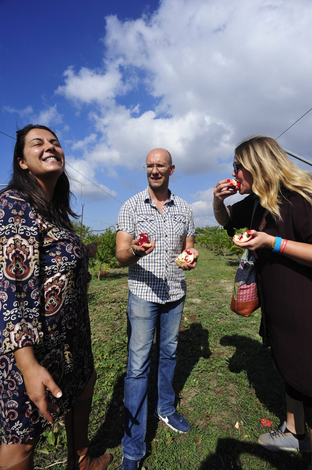 Melagrana gustata direttamente sul campo (da Azzurra De Razza) con i proprietari Lisa Iunco e Gianluca Mercuri