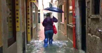 Venezia, l'acqua alta torna a crescere: le immagini della città alle prese con un nuovo picco di marea da 160 cm