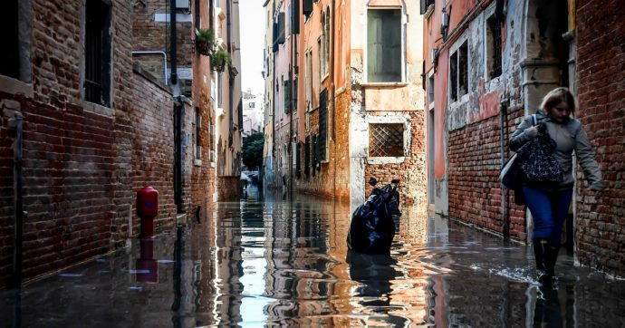 """Venezia, nuovo picco d'acqua alta: attesa marea da 160 centimetri. Conte: """"Sindaco sarà il commissario per l'emergenza"""""""