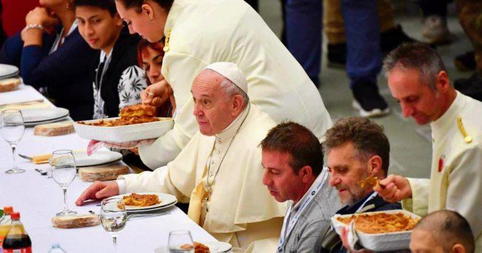"""Giornata mondiale dei poveri, Papa Francesco ne invita 1.500 a pranzo. """"Lasagne senza carne di maiale, così tutti possono mangiarle"""""""