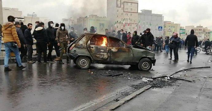 Iran, violente proteste contro il caro-benzina: un agente morto, 40 arresti e 14 persone uccise
