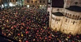 """Modena, flash mob di oltre 6mila """"sardine"""". Salvini evita la piazza e riunisce quattrocento sostenitori in un ristorante fuori dal centro"""