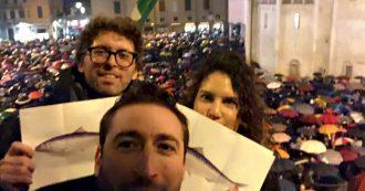 """""""Modena non si Lega"""", il flash mob delle 'sardine' riempie piazza Grande: le immagini dall'alto"""