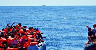 """Migranti, Open Arms soccorre 73 persone su una barca alla deriva. Emergency: """"Molti sono feriti da arma da fuoco e tanti minori soli"""""""