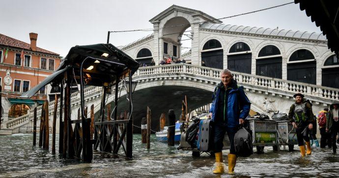 Venezia e Taranto si possono salvare solo in un modo. Peccato che oggi si parli di tutt'altro