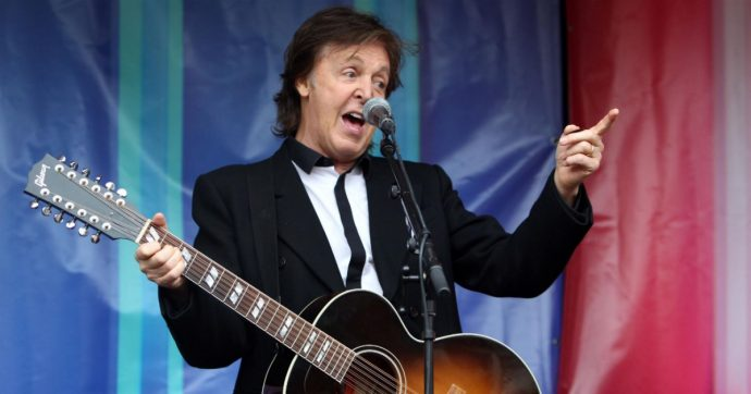 """Paul McCartney si fa fotografare mentre si vaccina e poi scrive: """"Fatelo anche voi, è cool"""""""