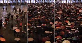 """Lega a Modena, così le """"sardine"""" hanno riempito la piazza per protestare contro Salvini. Il video in time lapse"""