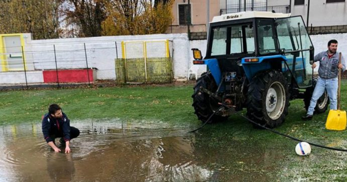 Domeniche Bestiali – In Abruzzo c'è il trattore a pompa aspirante per asciugare il campo. Il 'vaffa' dell'arbitro ligure ai calciatori in campo