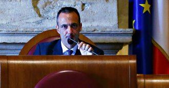 Roma, il surreale ritorno di De Vito in Aula: dagli applausi alle richieste di dimissioni, la spaccatura nel M5s. Poi il saluto a Raggi