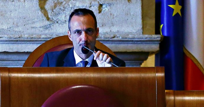 Roma Il Surreale Ritorno Di De Vito In Aula Dagli Applausi