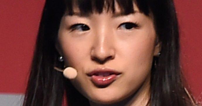 """Marie Kondo apre un e-commerce di oggetti. Gli ex fan la accusano: """"Ci fa svuotare le case per riempirli con oggetti venduti da lei"""". E noi siamo andati a una giornata di 'decluttering'"""