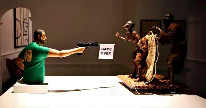"""Napoli, esposta scultura di Salvini che spara a migranti. L'autore: """"Un bambinone che gioca a videogame"""". Il leader leghista: """"Che squallore"""""""
