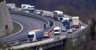 """A26, ingorghi verso Genova: incolonnamenti di tir e auto. De Micheli: """"Rivedere processo di revisione concessioni, non faremo sconti"""""""