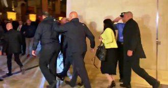 Omicidio Caruana Galizia, contestati il premier e i ministri maltesi: lancio di uova e monete fuori dal Parlamento